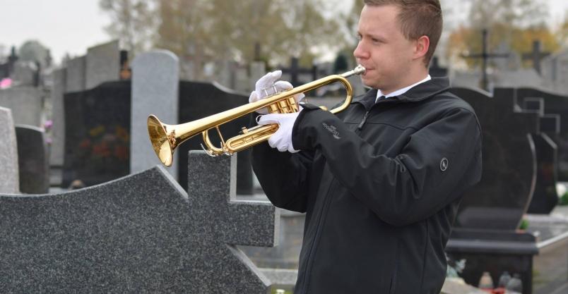 Trąbka na pogrzeb. Organista na pogrzeb.  Kliknięcie w obrazek spowoduje wyświetlenie jego powiększenia