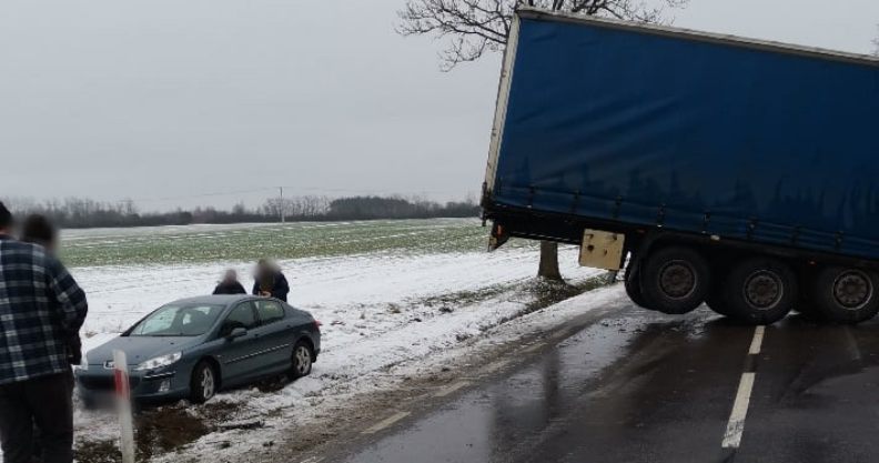 Ciężarówka stanęła w poprzek drogi Kliknięcie w obrazek spowoduje wyświetlenie jego powiększenia